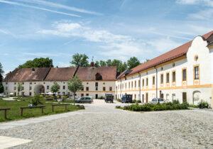 Der Klosterhof mit Bräustüberl und Brauerei (Foto: BLfD)