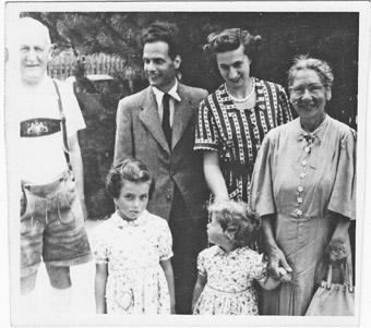 Eine Überlebende: Else Rosenberg (ganz rechts) mit ihrem Sohn, dessen Frau und den Enkelkindern in Icking nach dem Zweiten Weltkrieg