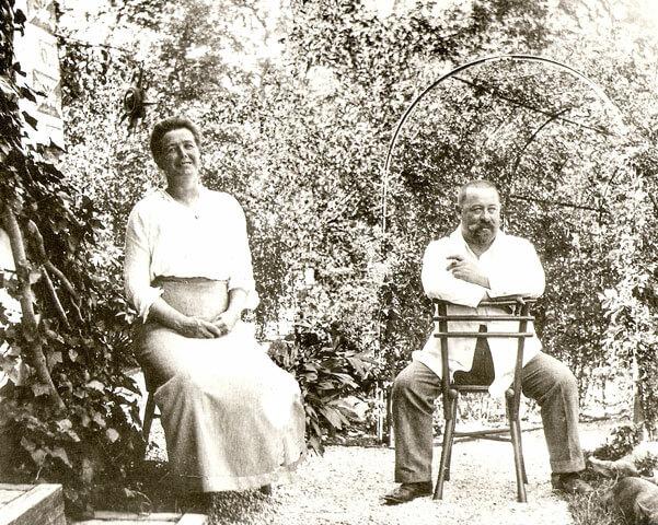Max und Asta Ostenrieder in ihrem Garten am Weßlinger See