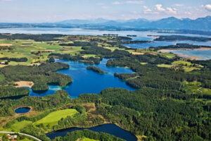 Der Chiemsee-Gletscher formte vor Urzeiten die Landschaft des Chiemgaus. Im Mittelpunkt der Eggstädter Seenplatte der Langbürgner See.