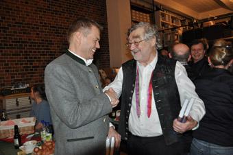 """Verleger Michael Volk (links) und Herausgeber Dr. Adolf Eichenseer bei der Buchpräsentation von """"Alls bloß koa Wasser net""""."""