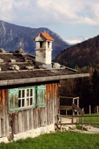 Auf dem Gelände des Freilichtmuseums Glentleiten gibt es neben alten Bauernhöfen auch zahlreiche Almgebäude wie zum Beispiel den Hanndlkaser.