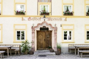 Spätbarocke Freude am Ornament, beispielhaft zelebriert am Gasthausportal der Alpenrose in Grainbach