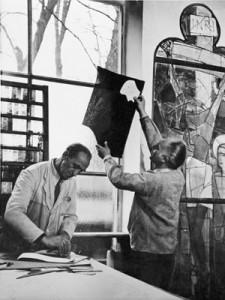 Helmut Ammann und der Glaser Theo Ferke arbeiten in der Glaswerkstätte Josef P. Bockhorni an den Chorfenstern für die Apostelkirche in Weilheim, 1953 (Foto: Privatarchiv Joseph Auer)