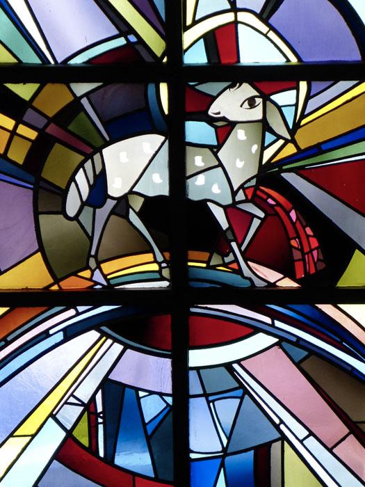 Das Lamm, Quelle des Lichts und Lebens, 1958. Mittelfenster des Himmlischen Jerusalems in der Lutherkirche in München-Giesing (Foto: Isabella Krobisch)