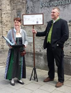 Astrid Assél und Christian Huber führen auch in der Münchner Altstadt durch die Geschichte des Bierbrauens. (Foto: Assél/Huber)