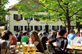 """Auch im Altweibersommer lohnt sich ein Besuch des Biergartens """"Zum Aumeister"""" ."""