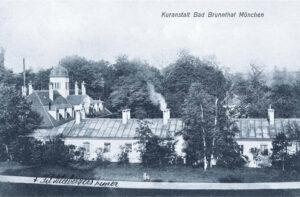 Im Jahr 1909, als diese Postkartenaufnahme entstand, wurden die Badeöfen  in Bad Brunnthal noch befeuert, wie der aufsteigende Rauch beweist.