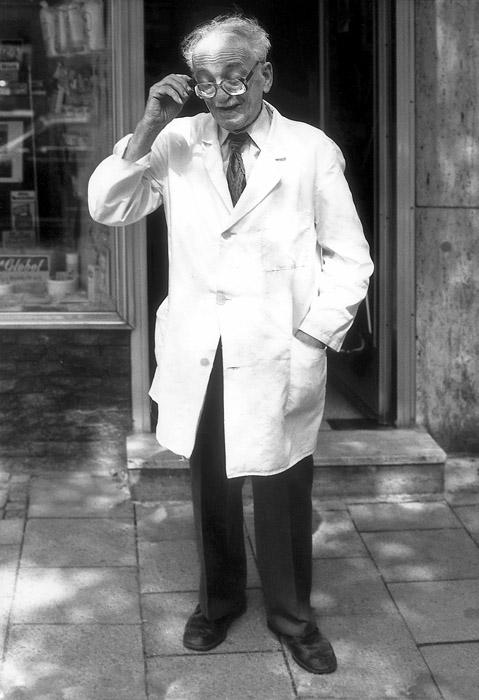Dicke Brillengläser und weißer Kittel: Herr Beck führt seinen Laden schon seit 48 Jahren. Manchmal sind es auch 56, je nachdem, wie er aufgelegt ist. (Fotos: Sabine Jörg)