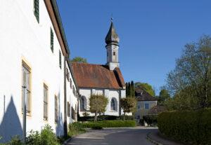Bernried ist eines der schönsten Dörfer im Fünfseenland. Hier der Blick auf die Hofmarkskirche. (Foto: Katja Sebald)