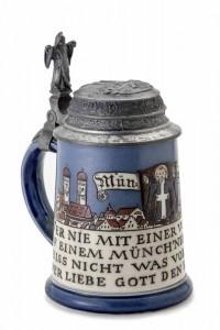 Dieser Bierkrug von 1895 stammt von Villeroy & Boch, Mettlach. Deckel und Dekoration wurden bei Jos. M. Mayer in München gefertigt. (Foto: Franz Kimmel/Jüdisches Museum München)