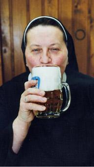 Schwester Doris aus dem Mallersdorfer Kloster ist die einzige Ordensschwester, die zugleich Braumeisterin ist.