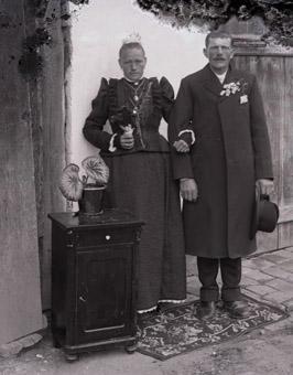 Aus dem Fotobestand des Fotografen Ferdinand Pöschls sind zahlreiche Aufnahmen von Hochzeitspaaren erhalten.