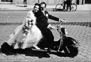 Die Hochzeitskutsche hatte ausgedient, als dieses ausgelassene Hochzeitspaar sich 1960 in München das Ja-Wort gab. Die Braut trägt, ganz dem Zeitgeschmack entsprechend, ein kurzes Kleid. (Foto: Sebastian Winkler Verlag)