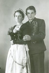 Die Braut trägt auf dieser Fotografie aus dem Jahr 1950 einen schwarzen Schalk. Von der gewöhnlichen Festtracht unterscheidet sich die Hochzeiterin durch den silbernen Brautgürtel, den sie über der Schürze trägt. (Foto: Stadtarchiv Bad Tölz)