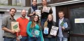 Das Team des Volk Verlags mit den preisgekrönten Büchern