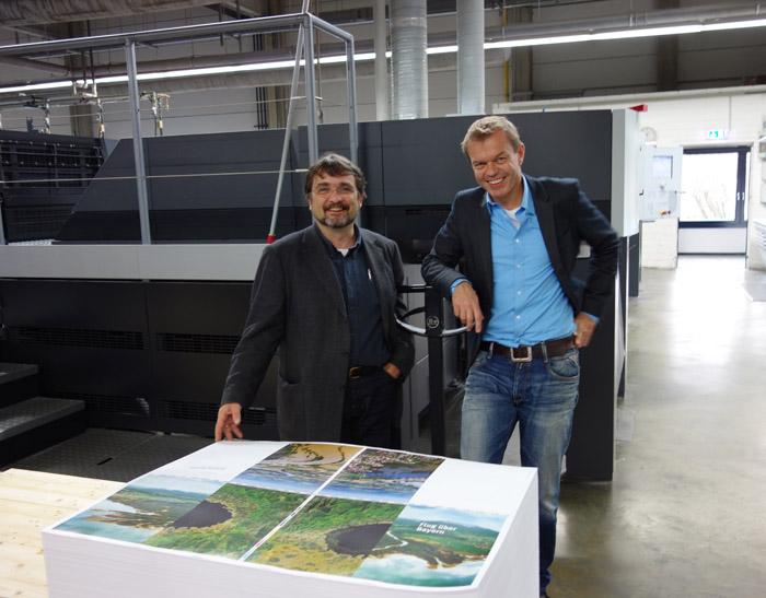 Der Verleger Michael Volk (li.) gemeinsam mit dem Herausgeber Dr. Kai Frobel in der Druckerei in Regensburg