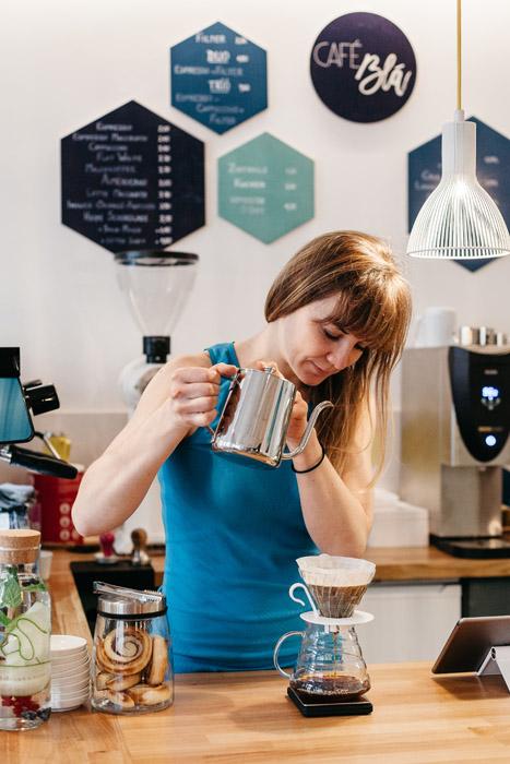 """Stephanie Bjarnason schenkt in ihrem Café eine eigene Röstung mit dem Namen """"Álfrún"""" (Elfengeheimnis) aus."""