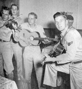 Johnny Cash (ganz links mit Geige) beim Musizieren in einem bayerischen Gasthaus – hier noch ohne eigene Gitarre. (Foto: Robert Mehaffey)
