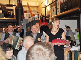 """Bianca Bachmann verlieh einigen Herren im Publikum den """"Bayerischen Verdienstorden"""", um sie dann mit einem """"Glaserl Eigenurin"""" von Kahlköpfigkeit und anderen Männerleiden zu heilen."""