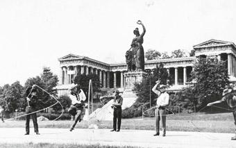 Lassodrehende Cowboys vor der Bavaria
