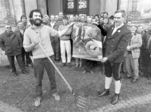 Die Chiemgauer Bauern wollen beim Ausmisten im Landtag helfen. (Nachlass Sepp Daxenberger)