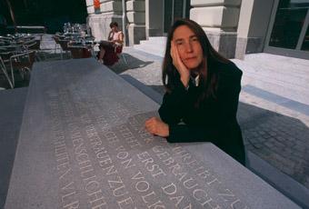 Die New Yorker Konzeptkünstlerin Jenny Holzer nebem dem von ihr entworfenen Graf-Denkmal.