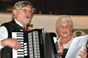 In drei zusammengehörigen, aber trotzdem in sich abgeschlossenen Bänden dokumentiert Adolf Eichenseer, hier zusammen mit seiner Frau Erika, eine Liedkultur, sie sonst in keiner Notensammlung erscheint.