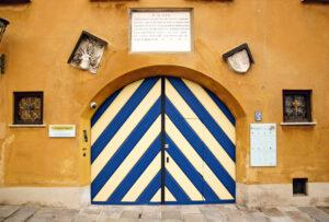 Der Eingang zur Fuggerei in der Jakobervorstadt: Noch heute leben 150 Menschen in der von den Fuggern gestifteten Sozialsiedlung.