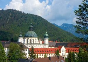 In früheren Jahrhunderten führte ein wichtiger Verkehrsweg von Augsburg nach Italien am Kloster Ettal vorbei, heute ist es eine bei Touristen beliebte Panoramastraße.