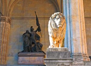Dieser majestätische Löwe an der Feldherrnhalle hält die Klappe.
