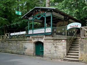 Der Weiss-Tauben-Keller ist mit seinem Schankhäuschen in Fachwerkkonstruktion und den schattigen Terrassen mit Bierbänken typisch für den Forchheimer Kellerwald, der auch heute noch an heißen Sommertagen die Besucher in Scharen anzieht. (Foto: BLfD, Eberhard Lantz)