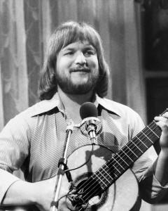 Mit Pagenkopf, Vollbart und Gitarre wurde Fredl Fesl Mitte der siebziger Jahre quasi über Nacht berühmt. (Foto: Archiv Fredl Fesl)