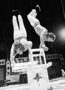 Der Handstand war fast 25 Jahre die Zugabe bei den Konzerten von Fredl Fesl - eine Zeit lang trat er aber auch als Zirkusakrobat auf. (Foto: Archiv Fredl Fesl)