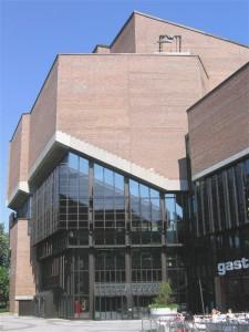 Der Gasteig ist Sitz der Münchner Philharmoniker, der Volkshochschule und der Stadtbibliothek.