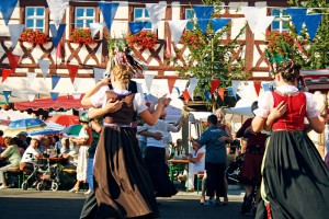 """Zum Walzer, Rheinländer oder Dreher tanzen die Planburschen und Planmädchen unter der Leitung des """"Planhüpfers""""."""