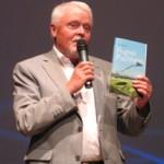 """Autor Erich Hage bei der Präsentation von """"Flugfeld Puchheim"""" am 10. Juni 2010 im Kulturzentrum PUC in Puchheim."""