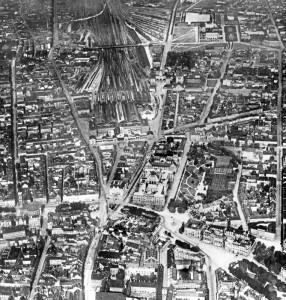Schon gegen Ende des 19. Jahrhunderts hatte es Pläne zur Verlegung des Bahnhofs gegeben, weil die breite Bahntrasse eine organische Stadtentwicklung hemmte. Im Dritten Reich plante man eine monumentale Prachtallee zu einem überkuppelten Bahnhof in Laim, Aufnahme um 1920.