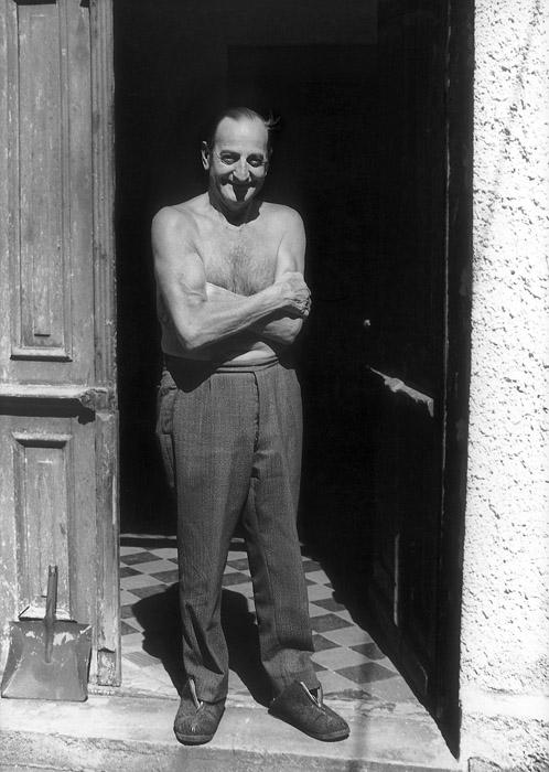 Für einen Ratsch ist immer Zeit: Der Hausmeister im Hinterhof an der Wörthstraße 11 freut sich über das Interesse der Fotografin.