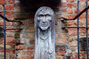 Die hölzerne Hexe vom Hexenbrunnen: Nahe des Fischertors wird hier die Erinnerung an die Augsburger Hexenverfolgung wach gerufen.