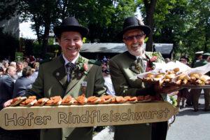 """50 bayrische Feste stellt das Buch """"Bayern genießen: Feste"""" vor. Von Nord bis Süd, von Sommer bis Winter, vom Aperschnalzen bis zum Schlappentag im fränkischen Hof."""