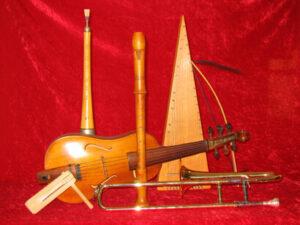 Musiker Tom Dürr hat zu jedem Märchen den passenden Klang gefunden – und spielt diesen auf beeindruckenden Instrumenten, die teils älter sind als die Märchen selbst (Foto: Thomas M. Dürr).