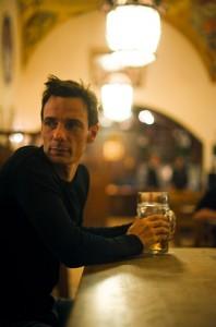 Krimiautor Harry Kämmerer, noch ohne sein neues Buch, aber mit Bier … (Foto: Christian M.Weiß)