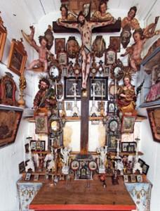 Die außergewöhnlich reiche Ausstattung der Privatkapelle des Fischerweberhofs wurde seit 1900 nicht mehr verändert.
