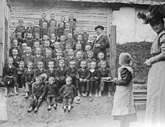 Schon vor dem Ersten Wetkrieg gehörte es zu den Aufgaben eines Fotografen Klassenfotos anzufertigen.