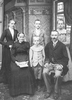 Familie Kretschmer, 1903. Im Vordergrund Josef Kretschmer, der diese Fotografie aus der alten Heimat schmuggelte.