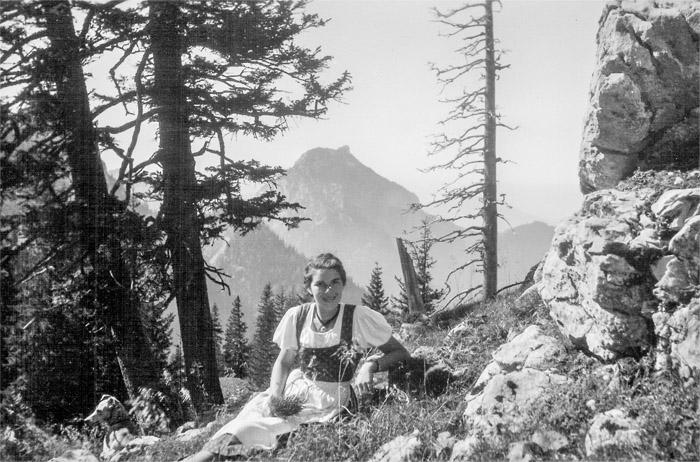 Ein Bild gewordenes Klischee: die Sennerin Therese Kolb in ihrem ersten Almsommer auf der Lechneralm. Das Dirndl dürfte sie nur für den Fotografen angezogen haben, für die Arbeit auf der Alm war so ein Feiertagsgewand viel zu schade (Foto: Elisabeth Lederer).
