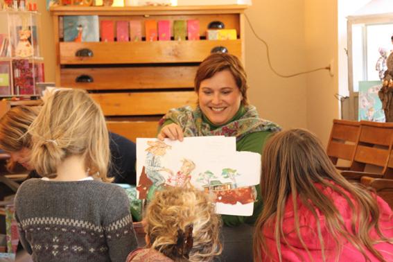 Diana Hillebrand zeigt ihrem Publikum Illustrationen zu ihrer Paula-Lesung.