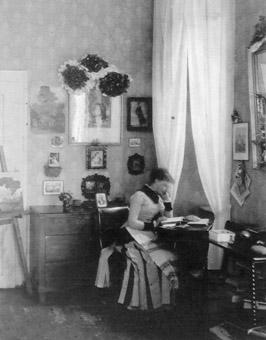 Fotografie aus dem Familienalbum: Marie Seitz in ihrem Mädchenzimmer