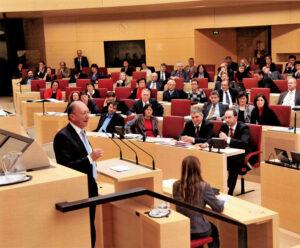 Als Fraktionsvorsitzender antwortet Franz Maget im Bayerischen Landtag auf die erste Regierungserklärung von Ministerpräsident Horst Seehofer.